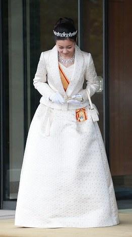 20歳の誕生日を迎え、皇居で成年の行事に臨まれた秋篠宮ご夫妻の次女・佳子さま=皇居・宮殿西車寄で2014年12月29日(代表撮影)