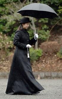 武蔵陵墓地を訪れ、武蔵野陵を参拝する佳子さま=東京都八王子市で2015年1月15日(代表撮影)
