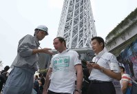 日本語が話せない外国人の避難誘導を想定して行われた訓練=東京都墨田区の東京スカイツリーで2016年9月4日午前9時13分、宮武祐希撮影