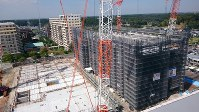 建設が進む国際医療福祉大の医学部校舎。地上6階建ての1期棟(右)は来年2月、まだ基礎部分しかない地上11階建ての2期棟(左)は来年12月に完成予定=成田市公津の杜で