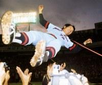 広島東洋カープ、球団創立26年目でセ・リーグ初優勝。ナインに胴上げされる古葉竹識監督=東京・後楽園球場で1975年10月15日撮影