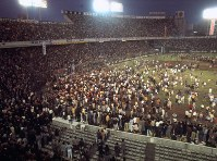 広島がセ・リーグで優勝 球団創立26年目で初めての優勝が決まった瞬間、グラウンドになだれ込んだ広島ファン=東京・後楽園球場で1975年10月15日撮影