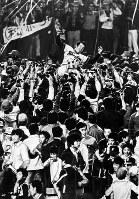 1975年度セ・リーグ・ペナントレース 巨人を破り球団創立26年目にして初優勝を決め、ナインやファンに胴上げされる広島東洋カープの古葉竹識監督=東京・後楽園球場で1975年10月15日撮影