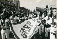 広島市民球場でシーズン最終戦を終え、チャンピオンフラッグを掲げてセ・リーグ初優勝のセレモニーをするカープ選手ら=1975年10月19日撮影