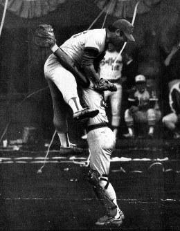 1979年度日本シリーズ[広島カープ・近鉄バファローズ第7戦]九回無死満塁のピンチに、広島・江夏豊投手が「江夏の21球」で最後の打者・石渡茂を空振り三振に仕留め、初の日本一が決まった瞬間。水沼四郎捕手(右)に跳び上がって抱きつく江夏投手=大阪球場で1979年11月4日撮影
