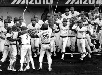 1980年度日本シリーズ[広島東洋カープ・近鉄バファローズ第7戦]広島が見事な粘りを発揮、4勝3敗で近鉄を降し2年連続日本一が決まった瞬間、ベンチを飛び出す広島ナイン=広島市民球場で1980年11月2日撮影