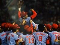 セ・リーグ優勝を飾った広島カープ。ナインに胴上げされる山本浩二選手=横浜球場で1984年10月4日撮影