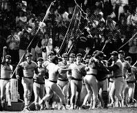 1986年度セ・リーグ・ペナントレース[ヤクルト・広島25回戦]九回、「炎のストッパー」津田恒美投手がヤクルト最後の打者・青島健太を150キロの快速球でしとめ、広島東洋カープ5度目のリーグ制覇を決めた瞬間、津田・達川光男バッテリーに駆け寄る広島ナイン=東京・神宮球場で1986年10月12日撮影
