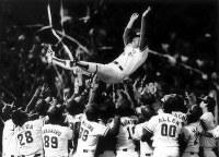 1991年度セ・リーグ・ペナントレース 5年ぶり6回目の優勝を決め、胴上げされる広島東洋カープ・山本浩二監督=広島市民球場で1991年10月13日撮影