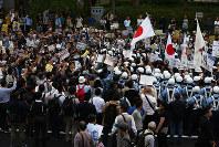 抗議する市民に囲まれ、中止に追い込まれたデモ=川崎市で6月5日、小出洋平撮影