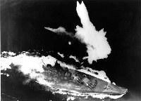 米艦載機の攻撃を受ける戦艦大和=1945年4月7日撮影、米国立公文書館所蔵