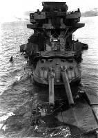 戦艦・日向・空襲で着底主砲を波が洗う=1946年撮影
