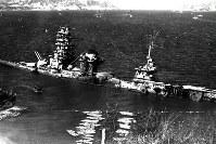 呉港外で被爆着底した戦艦伊勢=1946年2月