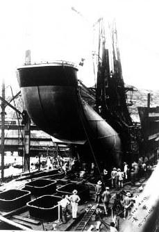 煙突取り付け中の巡洋艦「青葉」