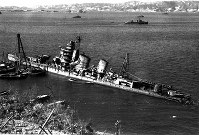 呉港沖で横転した巡洋艦青葉=1948年3月撮影