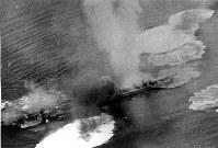 江田島沖で2度目の空襲をうける重巡利根=1945年7月27日撮影
