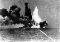 スラバヤ沖海戦で英巡洋艦「エグゼター」が日本駆逐艦の雷撃を右舷に受け轟沈した=1942年3月撮影