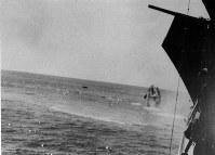 太平洋戦争のミッドウェー海戦で。傷ついたヨークタウンは約3ノットで航行、伊号168潜水艦の魚雷で8日早朝沈没した=1942年6月8日撮影