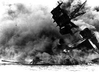 真珠湾攻撃爆撃で艦橋の傾く米戦艦アリゾナ=1941年12月8日撮影