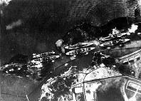 真珠湾攻撃・攻撃を受ける米戦艦群 =1941年12月8日撮影