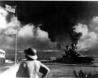 真珠湾攻撃・日本機の攻撃に炎上する戦艦 =1941年12月8日撮影