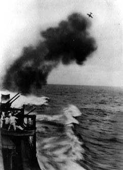 第三次ソロモン海戦 日本艦の対空砲火=1942年11月撮影