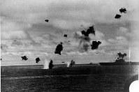 ミッドウェー海戦でヨークタウンを攻撃する日本機=1942年6月5日撮影
