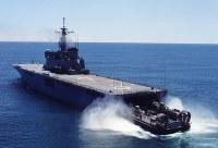 輸送艦4001「おおすみ」。同型艦は4002「しもきた」、4003「くにさき」=海上自衛隊提供