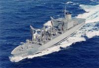 補給艦422「とわだ」。同型艦は423「ときわ」、424「はまな」=海上自衛隊提供