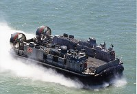 エアクッション艇 LCAC=海上自衛隊提供