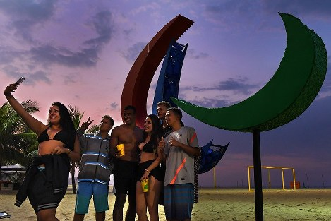 夜明けのコパカバーナ海岸で、パラリンピックのシンボル、スリーアギトスを前に記念撮影する地元の若者たち=リオデジャネイロで2016年9月7日午前5時41分、徳野仁子撮影