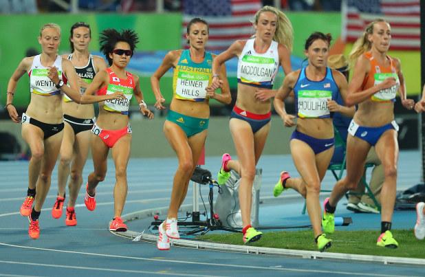 リオデジャネイロ五輪・陸上女子5000m決勝で力走するニュージーランドのハンブリン選手(左から2人目)。予選で米国のダゴスティノ選手と接触、転倒し、決勝進出はならなかったが、両選手とも救済措置で決勝に出場した(ダゴスティノ選手はけがのため棄権)。左から3人目は日本の上原美幸選手=リオデジャネイロの五輪スタジアムで2016年8月19日、小川昌宏撮影