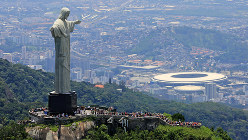 コルコバードの丘の奥に、リオ五輪が行われたマラカナン競技場が見える=梅村直承撮影