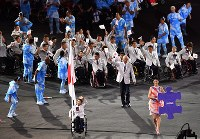 Wheelchair tennis player Yui Kamiji waves to the crowd as she leads the Japanese Paralympic team into Maracana Stadium during the opening ceremony of the 2016 Paralympics in Rio de Janeiro on Sept. 7, 2016. (Mainichi)