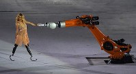 U.S. Paralympic snowboarder Amy Purdy is seen dancing with a robot during the opening ceremony of the 2016 Paralympics at Maracana Stadium in Rio de Janeiro on Sept. 7, 2016. (Mainichi)