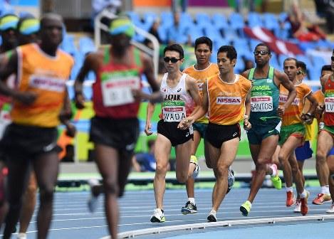 リオデジャネイロ・パラリンピック陸上男子5000メートル(視覚障害T11)決勝に登場した和田伸也(中央)=リオデジャネイロの五輪スタジアムで2016年9月8日、徳野仁子撮影