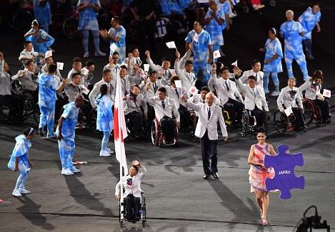 【リオデジャネイロ・パラリンピック開会式】旗手の上地結衣を先頭に笑顔で入場する日本代表選手団=リオデジャネイロのマラカナン競技場で2016年9月7日午後7時51分、徳野仁子撮影