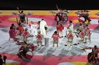 装飾された車いすが駆けまわる中、軽快な音楽とともに繰り広げられるパフォーマンス=リオデジャネイロのマラカナン競技場で2016年9月7日午後6時23分、徳野仁子撮影