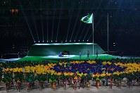 ブラジル国歌の演奏とともに描き出されたブラジル国旗の模様=リオデジャネイロのマラカナン競技場で2016年9月7日午後6時39分、徳野仁子撮影