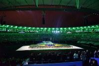 ブラジル国歌の演奏とともにブラジル国旗が描き出され、緑に染まったマラカナン競技場=リオデジャネイロのマラカナン競技場で2016年9月7日午後6時43分、徳野仁子撮影