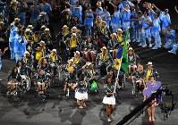 大歓声に迎えられるブラジル代表選手団=リオデジャネイロのマラカナン競技場で2016年9月7日午後8時39分、徳野仁子撮影