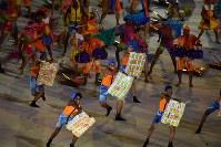 軽快なリズムに乗って踊る人たち=リオデジャネイロのマラカナン競技場で2016年9月7日午後6時32分、徳野仁子撮影