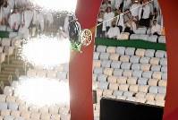 リオデジャネイロ・パラリンピックの開幕と共にジャンプ台から飛び出した車いすのライダー=リオデジャネイロのマラカナン競技場で2016年9月7日午後6時18分、徳野仁子撮影