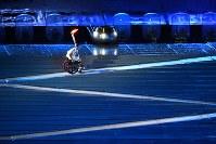 聖火を灯すため坂道を駆け上がるクロドアルド・シルバさん=リオデジャネイロのマラカナン競技場で2016年9月7日午後9時50分、徳野仁子撮影