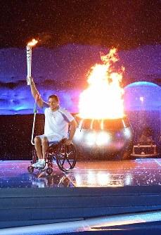 聖火を点灯し笑顔を見せるクロドアルド・シルバさん=リオデジャネイロのマラカナン競技場で2016年9月7日午後9時51分、徳野仁子撮影