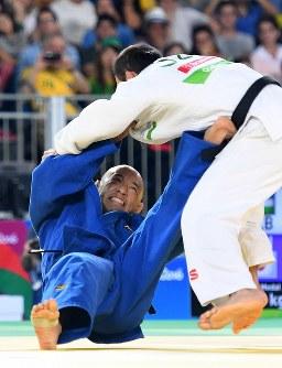 柔道(視覚障害)男子60キロ級決勝、巴投げを仕掛ける広瀬誠(下)=リオデジャネイロのカリオカアリーナで2016年9月8日、徳野仁子撮影