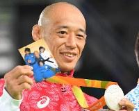 柔道(視覚障害)男子60キロ級で銀メダルを獲得し、家族の写真と一緒に掲げて喜ぶ広瀬誠=リオデジャネイロのカリオカアリーナで2016年9月8日、徳野仁子撮影