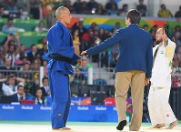 柔道(視覚障害)男子60キロ級決勝、ウズベキスタンのナモゾフ(右)に一本負けし、肩を落とす広瀬=リオデジャネイロのカリオカアリーナで2016年9月8日、徳野仁子撮影