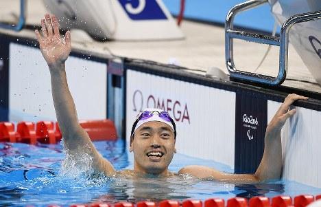競泳男子100メートル背泳ぎ(知的障害)で銅メダルを獲得し、観客席に手を振る津川拓也=リオデジャネイロの五輪水泳競技場で2016年9月8日、徳野仁子撮影