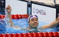 競泳男子100メートル背泳ぎ(知的障害)で銅メダルを獲得し、観客席にガッツポーズする津川拓也=リオデジャネイロの五輪水泳競技場で2016年9月8日、徳野仁子撮影